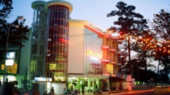 Modern hotel with extensive facilities and a smashing restaurant