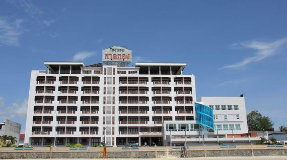 A 3-star hotel that is close to both the beach and city center.