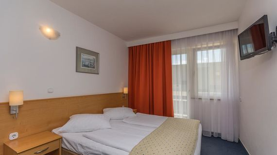 A conveniently located hotel that's close to the beach, marina and historical old town.
