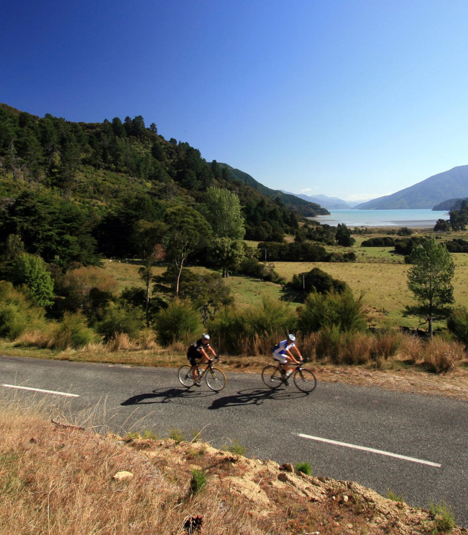 Discover the charms of the South Island by road bike