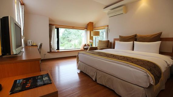 A serene bed and breakfast with fantastic views of the Liwu River