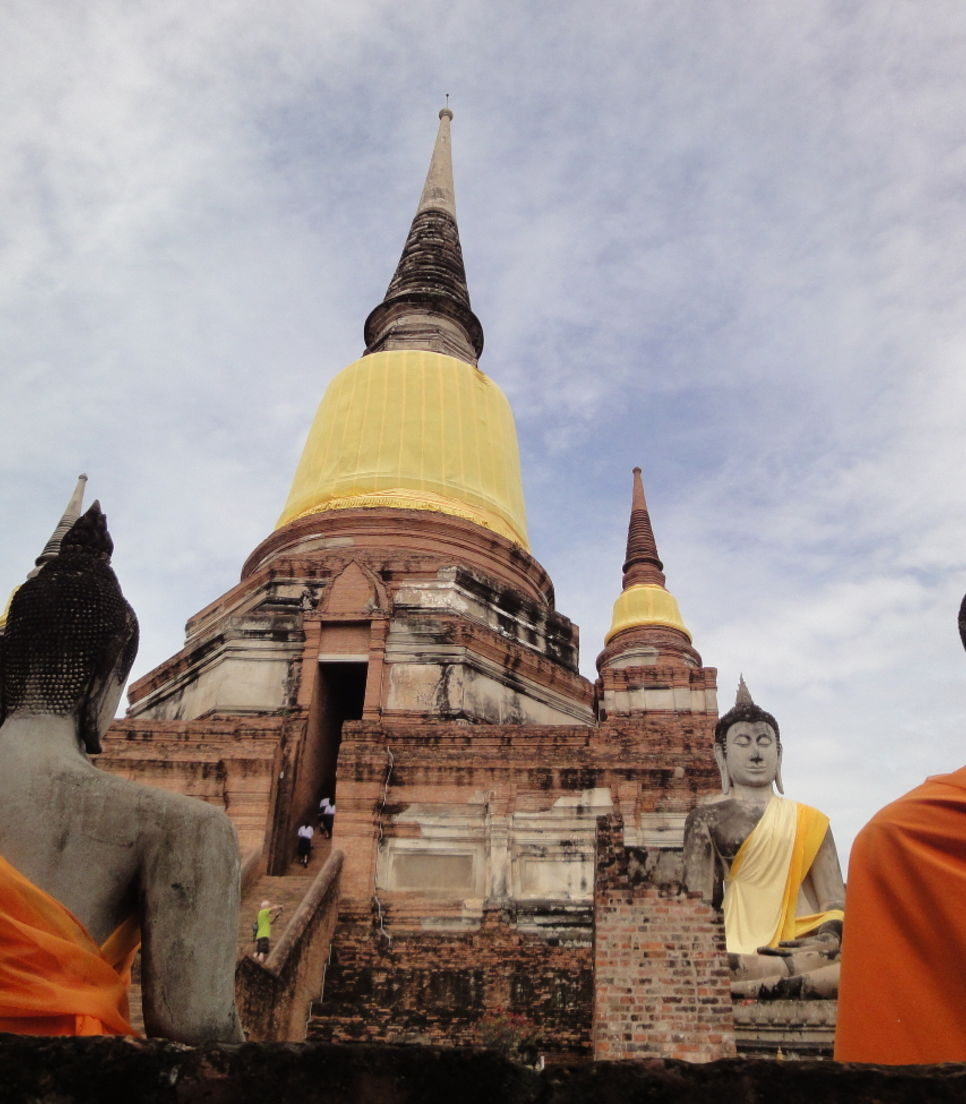 Don't just see but take part in the customs of Buddhist and Thai culture.
